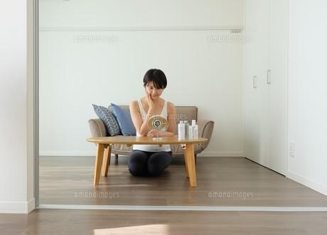 スキンケアする女性の写真素材 [FYI04616900]