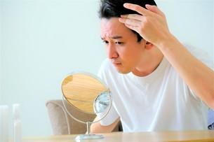 髪を気にする男性の写真素材 [FYI04616941]