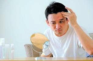 髪を気にする男性の写真素材 [FYI04616942]