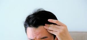 髪を気にする男性の写真素材 [FYI04616944]