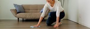 掃除する女性の写真素材 [FYI04617060]