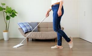 掃除する女性の写真素材 [FYI04617065]