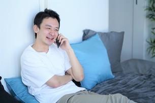 ベッドの上の男性の写真素材 [FYI04617094]