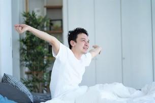 ベッドの上の男性の写真素材 [FYI04617104]