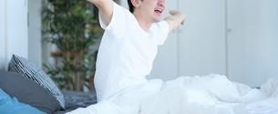 ベッドの上の男性の写真素材 [FYI04617105]