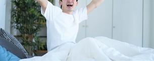 ベッドの上の男性の写真素材 [FYI04617111]