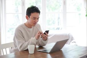 日本人男性の写真素材 [FYI04617501]