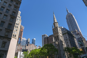 ミッドタウンマンハッタン 五番街のビル群とエンパイヤーステートビル。の写真素材 [FYI04617647]