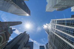 ミッドタウンマンハッタン パークアベニューの高層ビル群と教会。の写真素材 [FYI04617724]