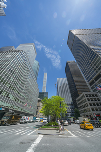 ミッドタウンマンハッタン パークアベニューの高層ビル群と交通。の写真素材 [FYI04617765]
