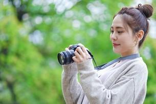 日本人女性の写真素材 [FYI04617966]