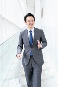 出張するビジネスマンの写真素材 [FYI04618019]