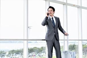 出張するビジネスマンの写真素材 [FYI04618020]