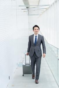 出張するビジネスマンの写真素材 [FYI04618025]
