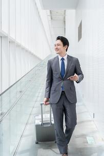 出張するビジネスマンの写真素材 [FYI04618041]