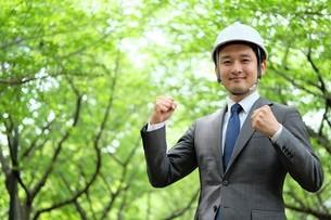 ヘルメットをかぶったビジネスマンの写真素材 [FYI04618046]