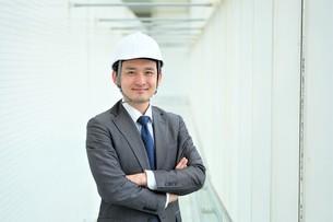 ヘルメットをかぶったビジネスマンの写真素材 [FYI04618047]