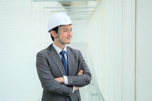 ヘルメットをかぶったビジネスマンの写真素材 [FYI04618050]