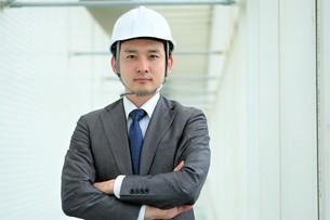 ヘルメットをかぶったビジネスマンの写真素材 [FYI04618052]