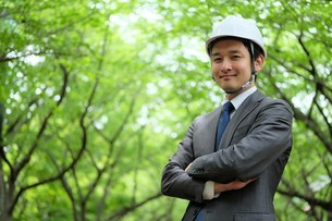 ヘルメットをかぶったビジネスマンの写真素材 [FYI04618065]