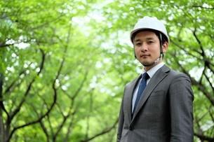 ヘルメットをかぶったビジネスマンの写真素材 [FYI04618067]