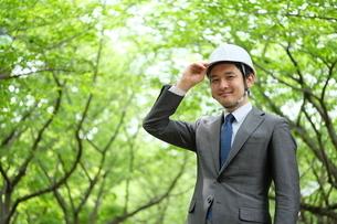 ヘルメットをかぶったビジネスマンの写真素材 [FYI04618073]