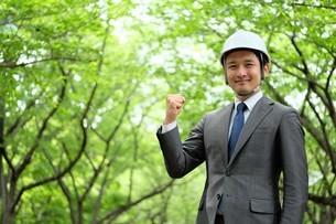 ヘルメットをかぶったビジネスマンの写真素材 [FYI04618080]
