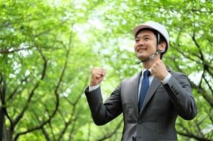 ヘルメットをかぶったビジネスマンの写真素材 [FYI04618082]
