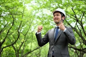 ヘルメットをかぶったビジネスマンの写真素材 [FYI04618083]