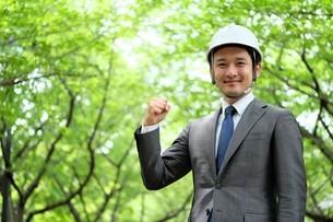 ヘルメットをかぶったビジネスマンの写真素材 [FYI04618086]