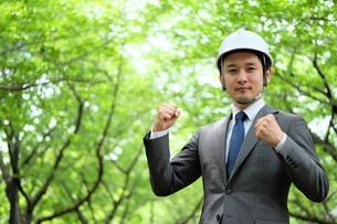 ヘルメットをかぶったビジネスマンの写真素材 [FYI04618089]