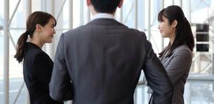 ビジネスマンとビジネスウーマンの写真素材 [FYI04618131]