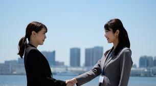握手するビジネスウーマンの写真素材 [FYI04618167]