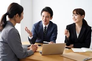 打ち合わせをするビジネスマンとビジネスウーマンの写真素材 [FYI04618213]