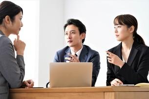 打ち合わせをするビジネスマンとビジネスウーマンの写真素材 [FYI04618216]