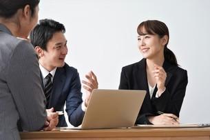 打ち合わせをするビジネスマンとビジネスウーマンの写真素材 [FYI04618220]