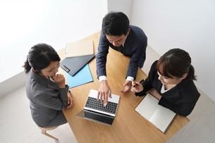打ち合わせをするビジネスマンとビジネスウーマンの写真素材 [FYI04618221]