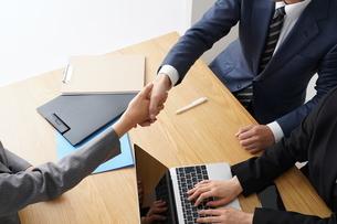 握手するビジネスマンとビジネスウーマンの写真素材 [FYI04618226]