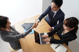 握手するビジネスマンとビジネスウーマンの写真素材 [FYI04618228]