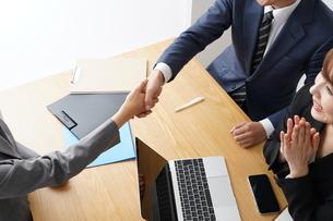 握手するビジネスマンとビジネスウーマンの写真素材 [FYI04618232]