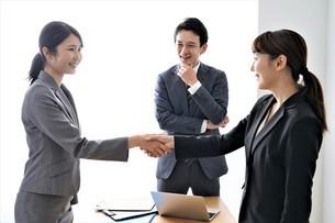 握手するビジネスマンとビジネスウーマンの写真素材 [FYI04618238]
