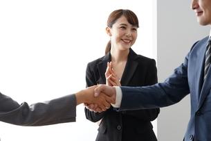 握手するビジネスマンとビジネスウーマンの写真素材 [FYI04618242]