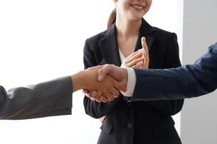 握手するビジネスマンとビジネスウーマンの写真素材 [FYI04618244]