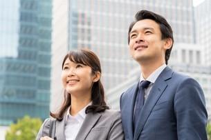 ビジネスマンとビジネスウーマンの写真素材 [FYI04618289]