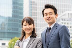 ビジネスマンとビジネスウーマンの写真素材 [FYI04618290]