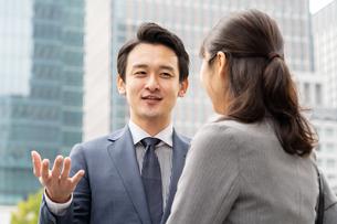 ビジネスマンとビジネスウーマンの写真素材 [FYI04618293]