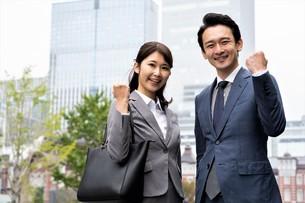 ビジネスマンとビジネスウーマンの写真素材 [FYI04618298]