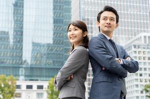 ビジネスマンとビジネスウーマンの写真素材 [FYI04618307]