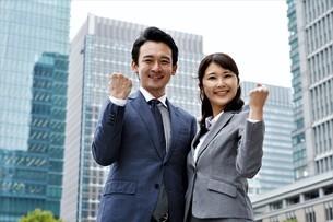 ビジネスマンとビジネスウーマンの写真素材 [FYI04618317]