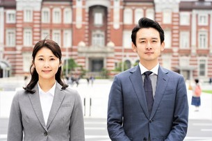 ビジネスマンとビジネスウーマンの写真素材 [FYI04618320]